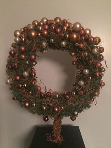 https://www.kerstboomenmeer.nl/images/com_hikashop/upload/staande_krans_groot_dz_cognac_met_verlichting-uit.jpg